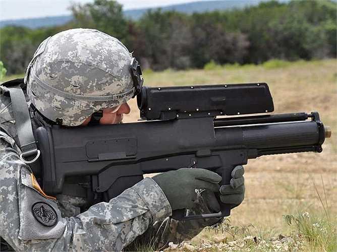 12. Súng phóng lựu XM25 CDTE. tính năng quan trọng nhất của XM25 là khả năng lập trình để đạn phát nổ tại bất kỳ điểm nào. Súng còn cung cấp khả năng ngắm bắn tốt, có bộ cảm biến, và các chức năng laser.
