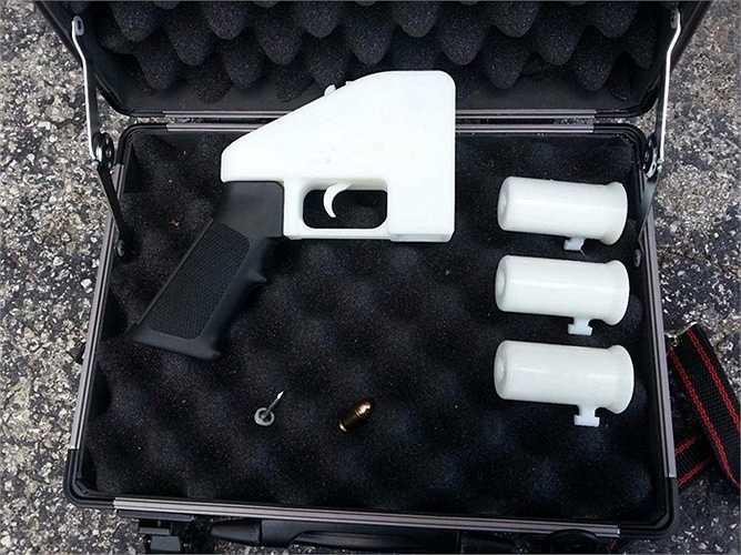 15. Súng Liberator. Khẩu súng là sản phẩm của một nhóm nghiên cứu mang tên Defense Distributed. Nhóm này đã dành 1 năm để thiết kế khẩu súng ngắn mang tên Liberator, vốn được làm hoàn toàn từ vật liệu nhựa ABS và được in ra từ một chiếc máy in 3D