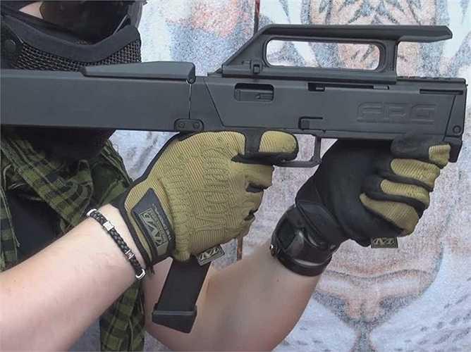 3. Magpul FMG-9. Đây là một khẩu súng vô cùng đặc biệt vì nó có thể được gập lại chỉ bằng kích thước của một cục pin laptop do chất liệu cấu tạo chủ yếu từ các polime nhẹ thay thế cho các kim loại thông thường