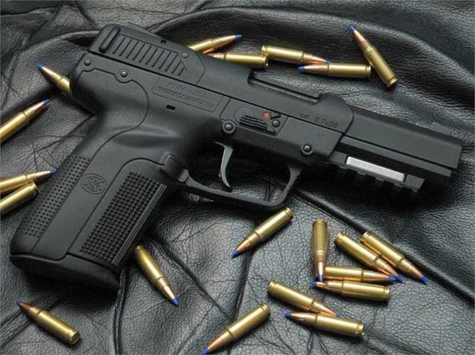 8. FN Five-seven. Loại vũ khí này có sức xuyên phá tuyệt vời khi nhiều loại áo chống đạn không hề cản được viên đạn găm vào người mặc