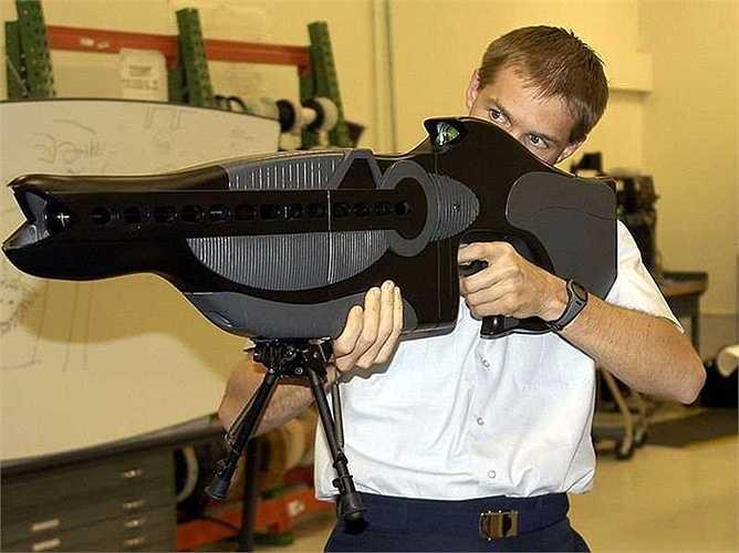 9. PHASR (personnel halting and stimulation response) là súng laser phi sát thương,được Bộ Quốc phòng Mỹ sản xuất. Súng được dùng để làm đối phương chói mắt và mất phương hướng tạm thời.