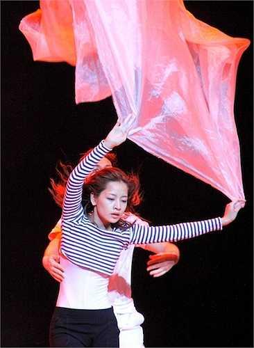 Ở chủ đề thứ nhất, cô sẽ gửi đến sân khấu Bước nhảy hoàn vũ giấc mơ của một cô gái khi cô hoang mang tìm bóng hình người yêu trong mộng. Với điệu Rumba và Múa đương đại, 'giấc mộng' của Chi Pu sẽ được kể trên nền ca khúc Có khi nào rời xa.
