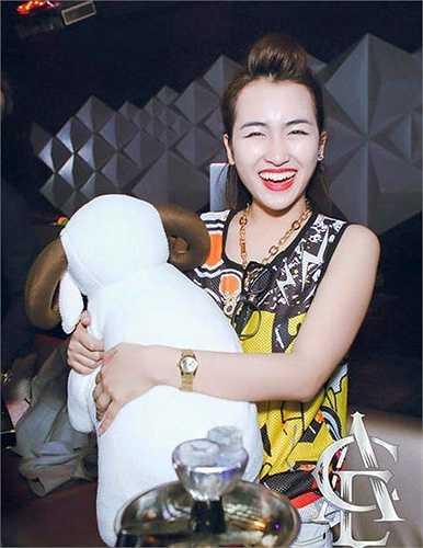 Trước đó, với những bức ảnh với nụ cười kém duyên của mình, Trang Moon cũng bị 'mất điểm'