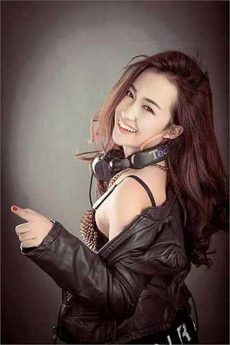 Trong những bức ảnh khác, Trang Moon cho thấy vẻ đẹp của mình với nụ cười xinh, làn da trắng và khuôn mặt V-line chuẩn