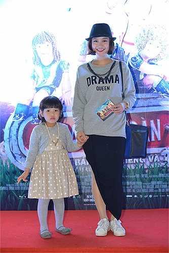 Hot girl Mi Vân mang theo cô con gái bụ bẫm và dễ thương tham dự lễ ra mắt phim tối 9/4.