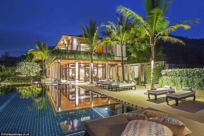 Villa Aurora, Kamala, Phuket, Thái Lan (4.375 bảng/đêm. Bên trong biệt thự có hồ bơi vô cực, internet tốc độ cao. Biệt thự có phòng ngủ hạng sang đủ cho 17 người với cát trắng, biển, những cửa hàng xung quanh