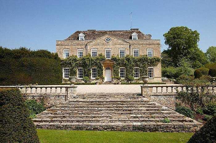 Norton House, Cheltenham có giá 3.143 bảng/đêm. Căn nhà nằm ở Oxfordshire Cotswolds với 12 phòng ngủ đủ cho 20 người. Không gian rộng với bể bơi nước nóng, bãi cỏ xanh cho nhiều người nghỉ ngơi