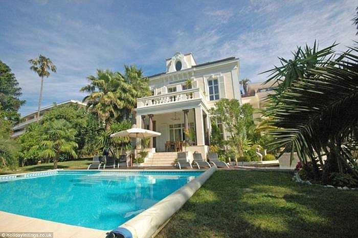 La Matriosque, Cannes (Pháp), giá 7.143 bảng/đêm. Khu nghỉ dưỡng này có 2 biệt thự riêng biệt, có thể dùng cho 14 khách, 7 phòng ngủ. Mỗi biệt thự được thiết kế xa hoa với đá cẩm thạch