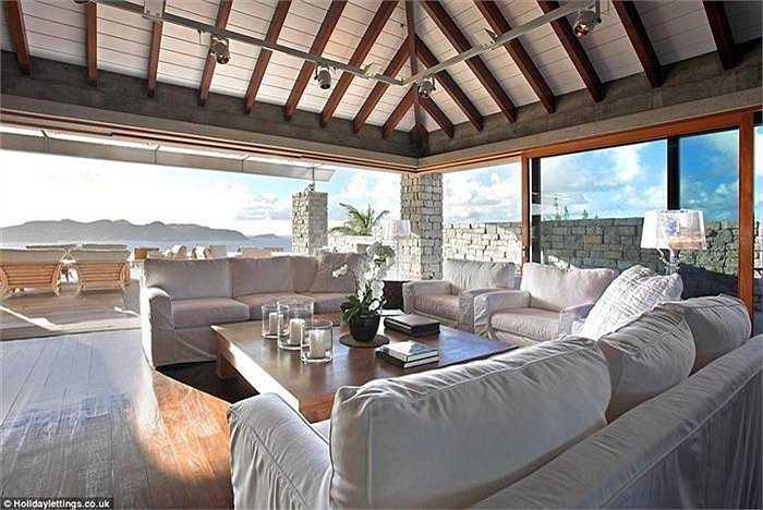 Không gian sống thoáng đãng, rộng 300m, từ trong nhà có thể ngắm trọn biển bên ngoài. Sàn gỗ tếch, những bức tượng lớn và các nội thất cổ rất ấn tượng