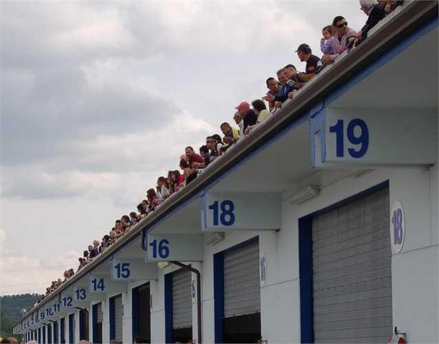 Tại Ý, số 17 được xem là số không may mắn. Một số khách sạn không có phòng số 17 và vài máy bay Alitalia không có hàng ghế số 17. Khi ngày 17 rơi vào thứ 6 thì cũng được coi là không may mắn.