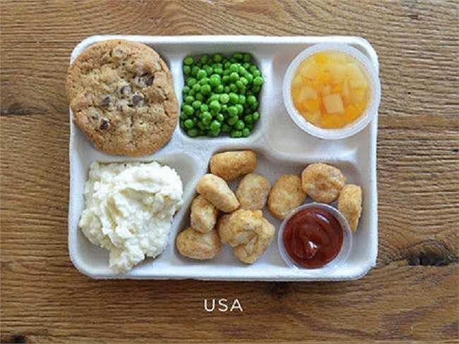 Học sinh Mỹ thường ăn gà chiên, khoai tây nghiền, đậu hà lan, trái cây và bánh chocolate.