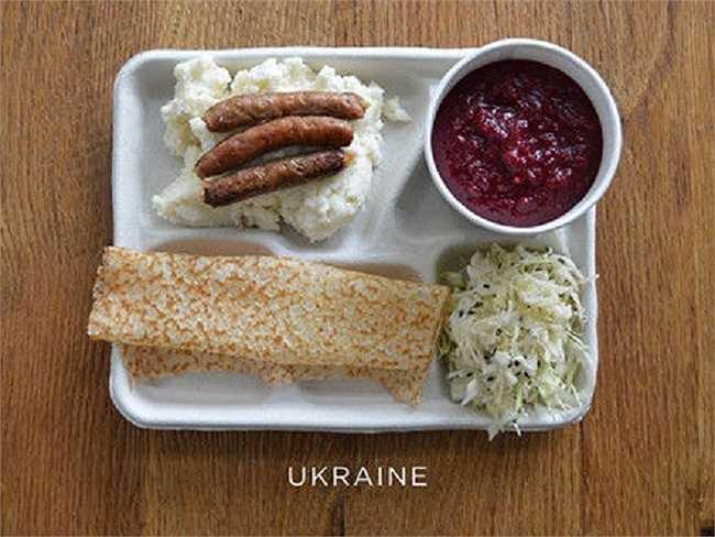 Học sinh Ukraine thường ăn khoai tây nghiền, xúc xích, súp borscht, bắp cải, bánh syrniki.