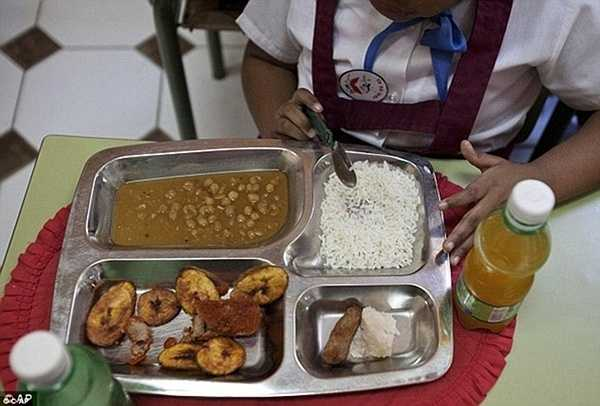 Cơm trắng, gà viên chiên, rễ khoai môn và súp hạt đậu là bữa ăn trưa khá đơn giản của học sinh Cuba.