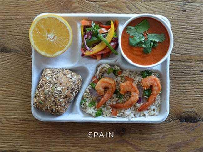 Học sinh Tây Ban Nha thường ăn tôm sa tế, gạo đỏ, rau xanh, bánh mì, cam và súp gazpacho.