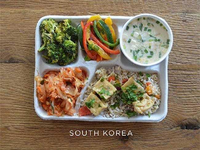 Học sinh Hàn Quốc thường ăn canh cá, đậu hũ, cơm, kim chi và các loại rau.