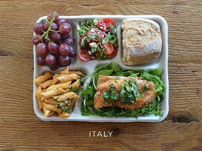 Học sinh Italia thường ăn nui sốt cà, salad cà chua, bánh mì và nho.