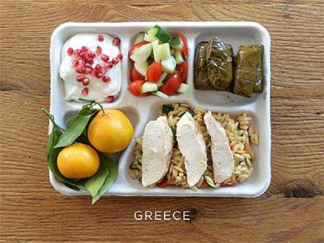 Học sinh Hy Lạp thường ăn cơm cá, salad, sữa chua lựu, trái cây.
