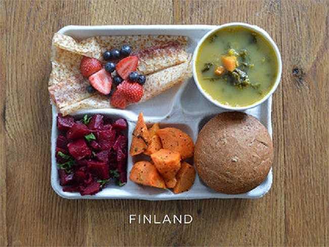 Học sinh Phần Lan thường ăn súp đậu, củ dền, củ cà rốt, bánh mì và bánh pannakkau.