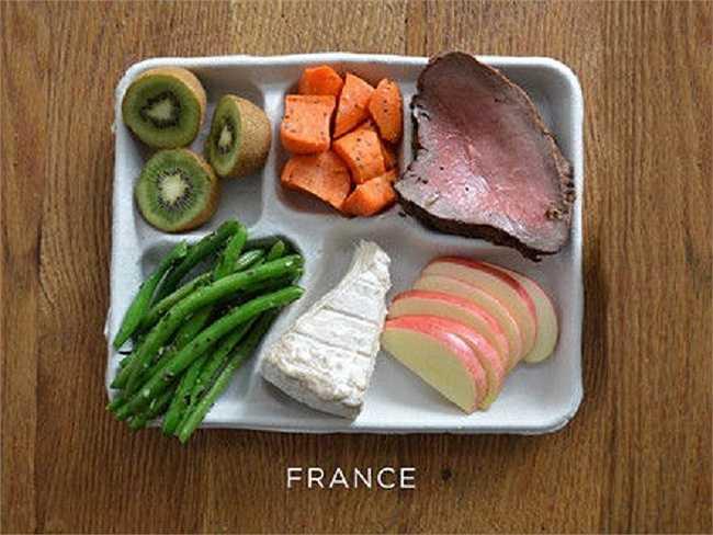 Học sinh Pháp thường ăn thịt bò, phô mai, rau xanh và trái cây.