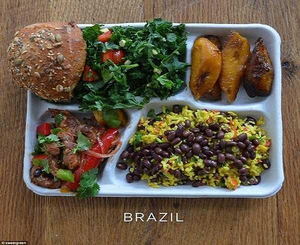 Một bữa ăn gồm các hương vị truyền thống của học sinh Brazil gồm cơm trộn đậu đen, chuối nướng, thịt lợn xào với ớt và rau mùi, xà lách xanh và một ít bánh mì.