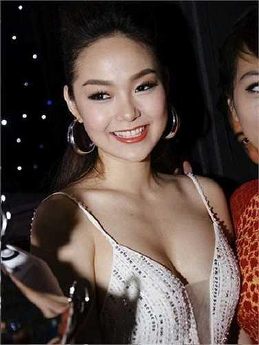 Trong một lần khác, Minh Hằng thu hút giới truyền thông lẫn người hâm mộ bằng chiếc váy dây lấp lánh xẻ sâu phô vòng một tròn đầy.