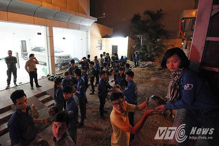 Ngay từ rất sớm, khi chuyến xe dưa chưa về đến địa điểm tập kết tại số 11 phố Nguyễn Xiển (Thanh Xuân, Hà Nội), hàng chục tình nguyện viên đã có mặt để sớm đưa số dưa hấu này ra thị trường, chung tay hỗ trợ nông dân miền Trung nghèo khó.