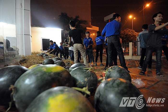 Số dưa còn lại sẽ bắt đầu được bán lẻ cho người dân ở Hà Nội vào lúc 8 giờ sáng tại số 11 đường Nguyễn Xiển (Thanh Xuân, Hà Nội) với giá 5.000 đồng/kg (Ảnh: Việt Linh)