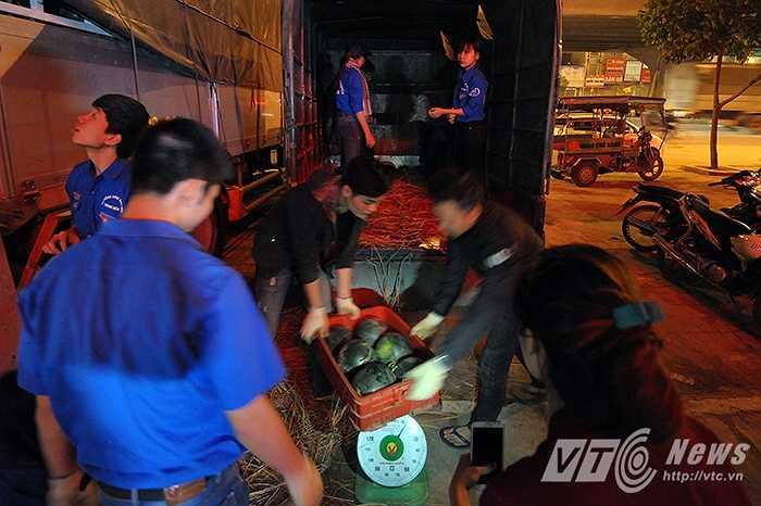 Số dưa này sẽ được vận chuyển tới nhiều tỉnh thành khác như Hải Phòng, Quảng Ninh, Việt Trì, Vĩnh Phúc, Lào Cai với giá bán được các điểm bán tình nguyện cam kết giữ đúng giá là 5.000 đồng/kg.