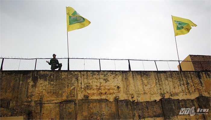 Lực lượng an ninh vào vị trí, sẵn sàng ngăn chặn các CĐV 'công thành' (tìm cách trèo tường vào sân).