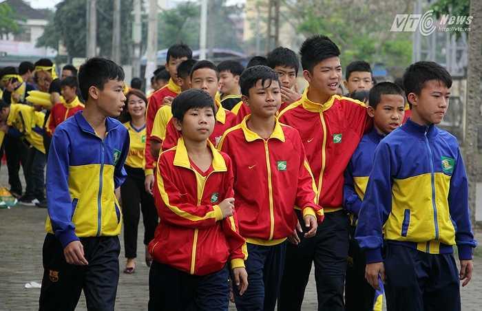 Các cầu thủ trẻ của lò SLNA tới sân cổ vũ cho các đàn anh.
