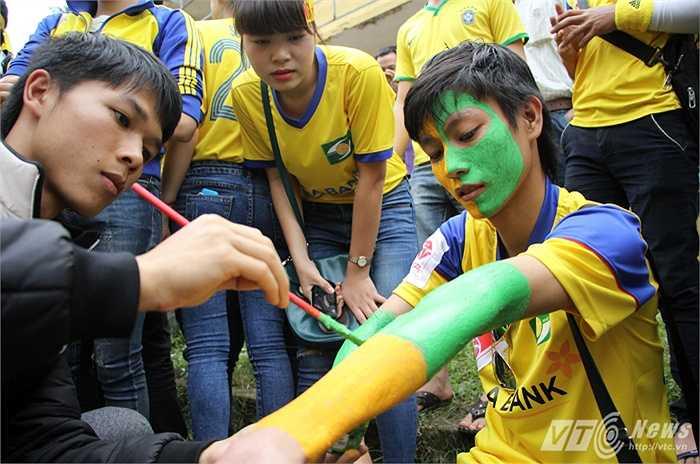 Các fan xứ Nghệ vẽ mặt với hai màu chủ đạo vàng-xanh như màu áo truyền thống của SLNA. Trông các fan hâm mộ này như thể những thổ dân Nam Mỹ.