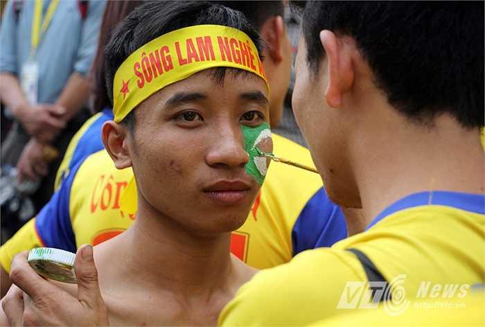 Một fan vẽ logo của CLB SLNA lên mặt.
