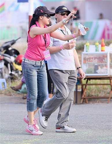 Hai vợ chồng doanh nhân Thủy Tiên - Hạnh Nguyễn tỏ ra hứng thú trước sự hưởng ứng nồng nhiệt của giới trẻ đối với sự kiện Color Me Run.