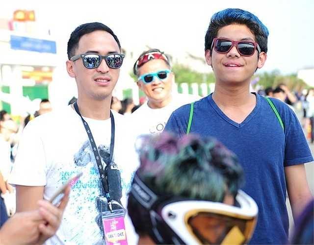 Louis Nguyễn và em trai Hiếu Nguyễn chăm chú theo dõi cuộc đua của các bạn trẻ.