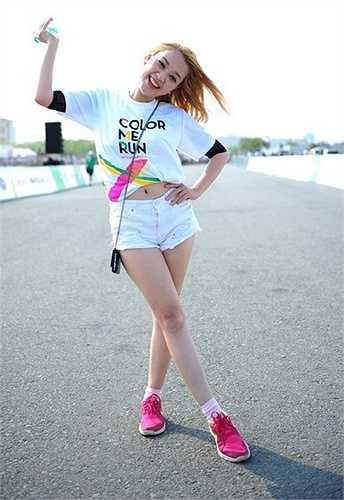 Hot girl Băng Di diện trang phục khỏe khoắn, đăng ký tham gia chạy cùng giới trẻ.