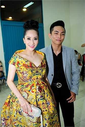 Nam vũ công 9X diện trang phục khá già để phù hợp khi đứng cạnh cô giáo hơn 12 tuổi.