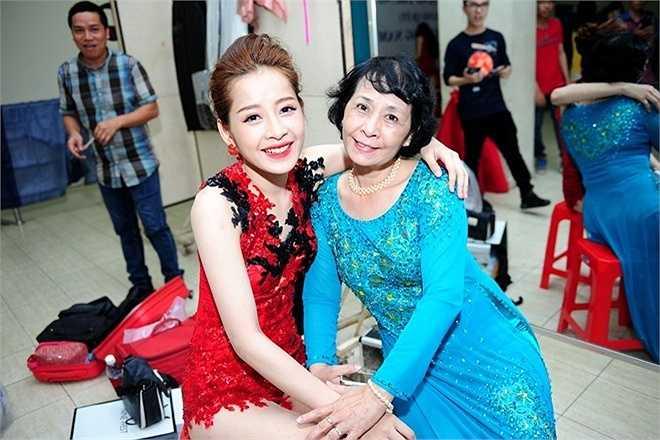 Mẹ Chi Pu có mặt ở đêm chung kết để ủng hộ cho con gái cưng. Nữ diễn viên trẻ rất quyết tâm để đua trận cuối cùng, giành ngôi vị quán quân cùng các đối thủ nặng ký.