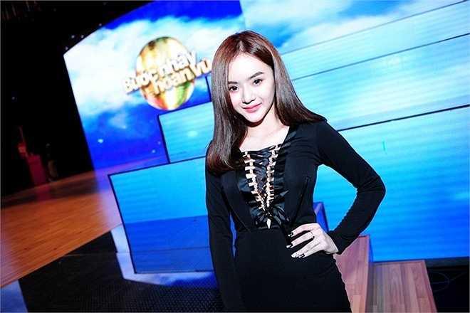 Phương Trang ngày càng giống chị gái nên có tin đồn cho rằng cô phẫu thuật thẩm mỹ để có chiếc cằm nhọn và mũi cao.
