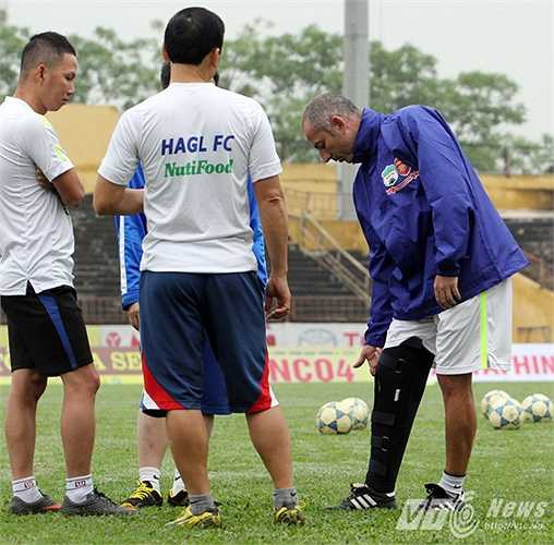 Ông đã gặp phải chấn thương đầu gối khi đá giao hữu tại Nha Trang, bên lề giải tập huấn từ hùng cách đây không lâu.