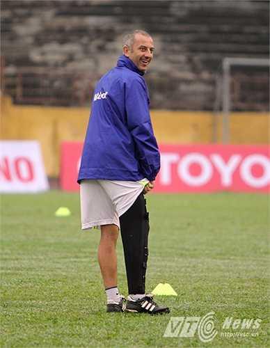 Do tính chất quan trọng của các trận đấu ở V-League, thầy Giôm phải nén đau để làm việc.