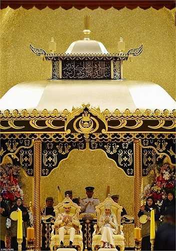Đám cưới của Hoàng tử Abdul Malik, 31 tuổi và cô dâu Dayangku Raabi'atul 'Adawiyyah Pengiran Haji Bolkiah, 22 tuổi diễn ra tại Istana Nurul Iman, dinh thự chính của Hoàng gia Brunei