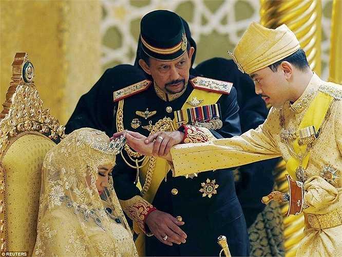 Quốc vương Brunei cầm tay con trai đặt lên vương miện, ban phước cho cô dâu