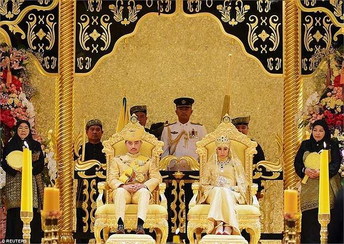 """Lễ """"bersanding"""" thường là điểm nhấn trọng tâm của lễ cưới, khi chú rể và cô dâu trong bộ trang phục truyền thống ngồi trên ngai vàng tại hoàng cung Istana Nural Iman"""