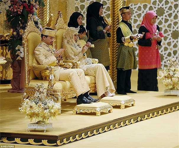 Mọi người trong lễ cưới đang cùng cầu nguyện những điều tốt lành nhất dành cho Hoàng tử và cô dâu