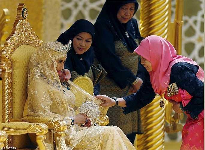 Cô dâu Dayangku Raabi'atul 'Adawiyyah Pengiran Haji Bolkiah, 22 tuổi hiện là một nhà phân tích dữ liệu và giảng viên công nghệ thông tin