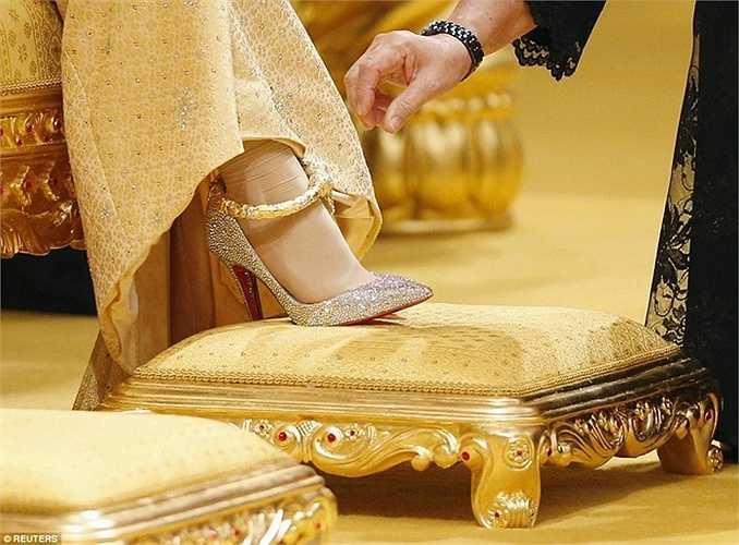 Cô dâu đi đôi giày cao gót hiệu Christian Louboutin nạm đá quý Swarovski giá khoảng 3.650 USD, chân đeo lắc vàng