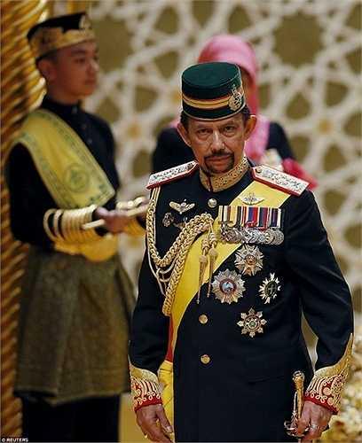 Quốc vương Brunei có tất cả 12 người con (5 con trai và 7 con gái) từ 3 cuộc hôn nhân. Hoàng tử Abdul Malik là con thứ 6 của Quốc vương và Hoàng hậu Saleha)