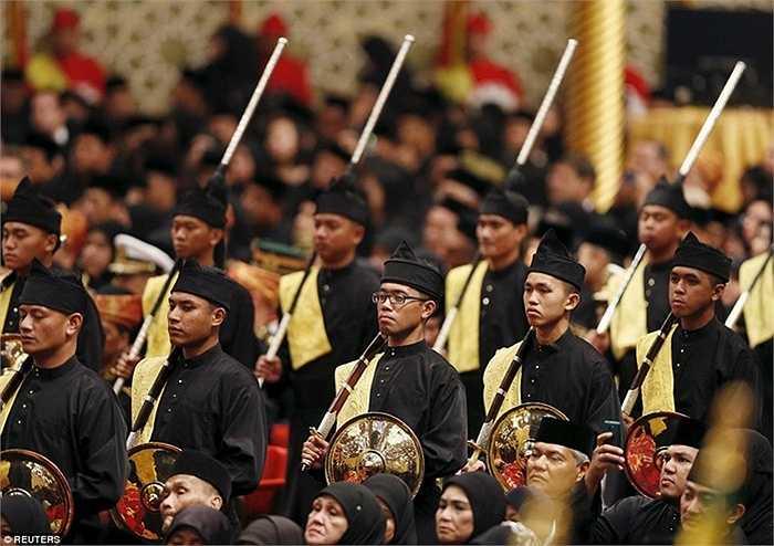 Các binh sĩ hoàng gia tiến tới lễ đường chính cùng với gươm và khiên. Sau lễ cưới là một bữa tiệc xa hoa trong đại sảnh của hoàng cung, nơi có sức chứa 5.000 khách mời