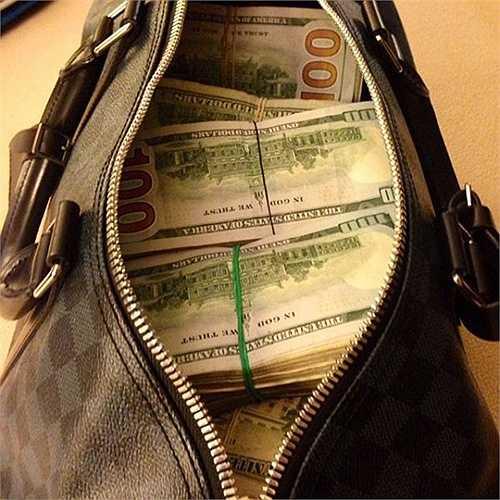 Túi đựng rất nhiều tiền, đủ cung cấp cho những dịch vụ xa xỉ