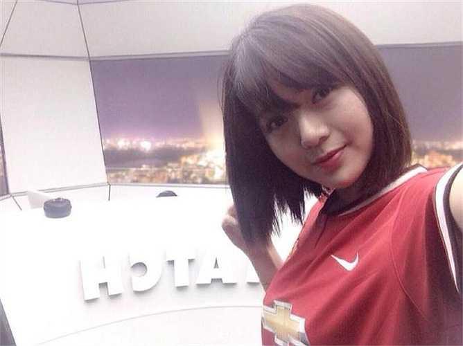 Xuất hiện với tư cách khách mời bình luận trận Man Utd - Man City, Tú Linh nhanh chóng tạo nên cơn sốt bởi 'nụ cười có nắng trên gương mặt xinh hơn cả búp bê'.